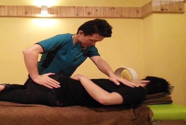 体幹の回旋を行い巻き肩を解消する施術